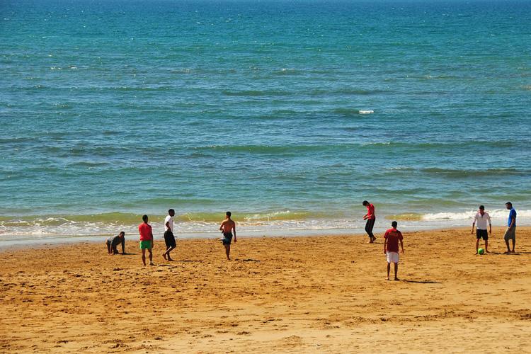 Fußballspieler am Strand von Agadir