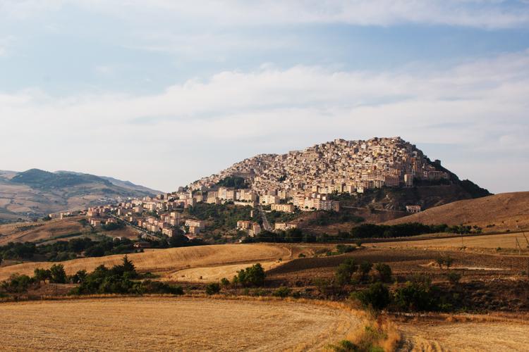 Gangi, das Dorf auf Sizilien, das Häuser verschänkt