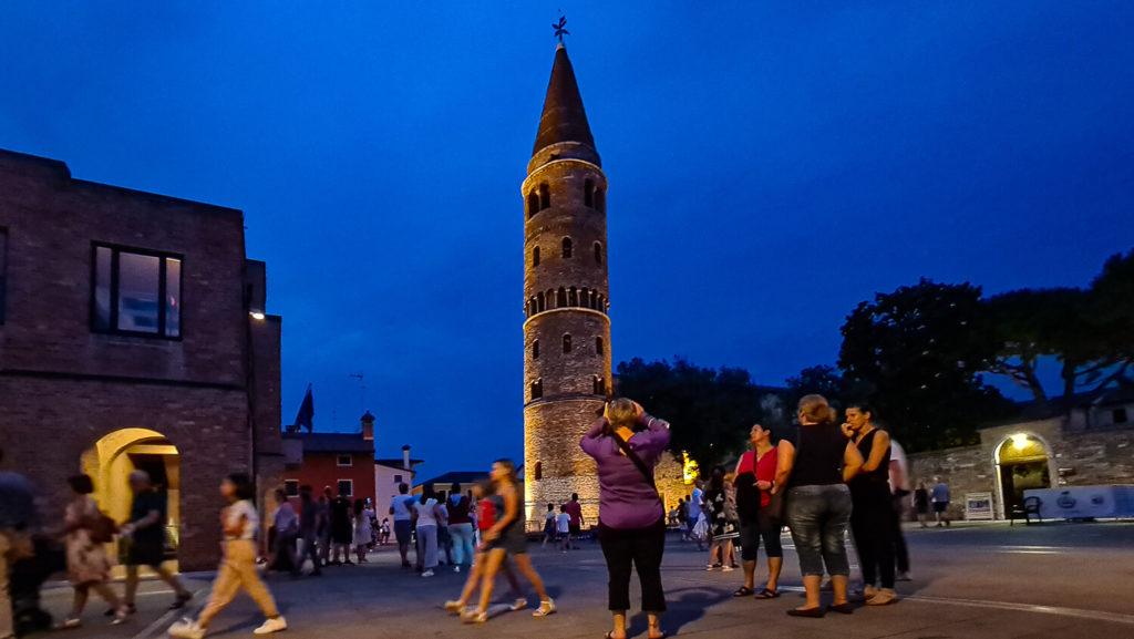 Caorle Sehenswürdigkeiten Glockenturm bei Nacht