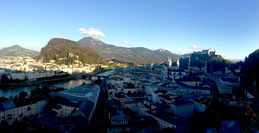Blick auf die Altstadt Salzburgs vom Mönchsberg