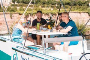 Hausboot Urlaub an Deck frühstücken