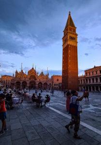 Markusplatz bei Nacht in Venedig